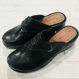 Like New Bare Traps Paulie Black Leather Mules